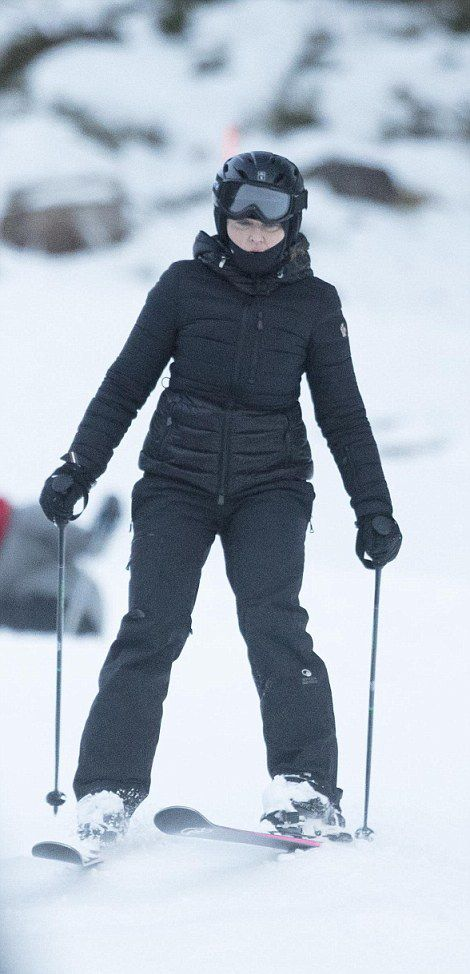 Madonna skiing in Verbier, Switzerland - 29 December 2016 - Pictures (1)