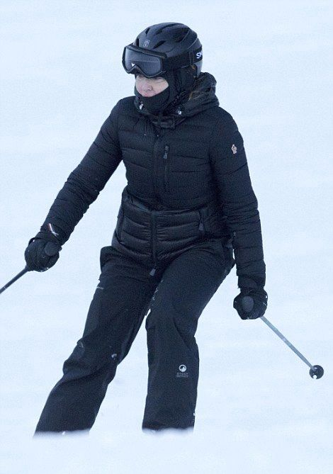 Madonna skiing in Verbier, Switzerland - 29 December 2016 - Pictures (2)