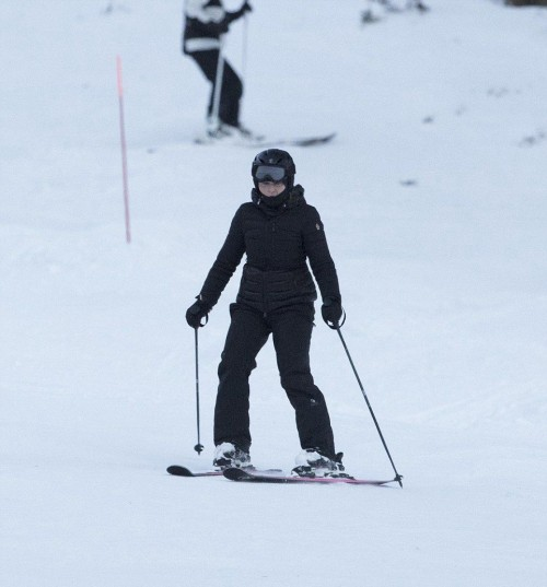 Madonna skiing in Verbier, Switzerland - 29 December 2016 - Pictures (4)