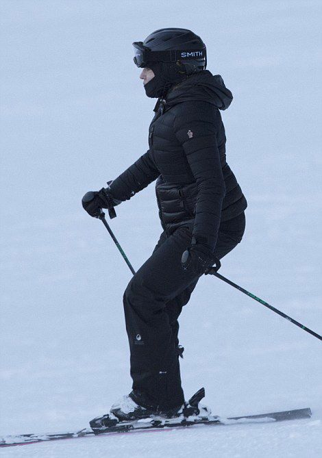 Madonna skiing in Verbier, Switzerland - 29 December 2016 - Pictures (5)