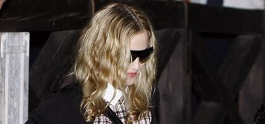 Madonna arrives at Venice airport [31 August 2011 – 7 pictures]
