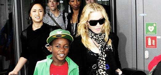Madonna arrive à l'aéroport d'Heathrow de Londres [19 juillet 2013 – Photos]