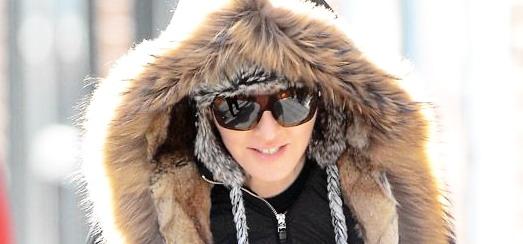 Madonna repérée en béquilles dans les rues de New York [17 janvier 2014 – Photos]