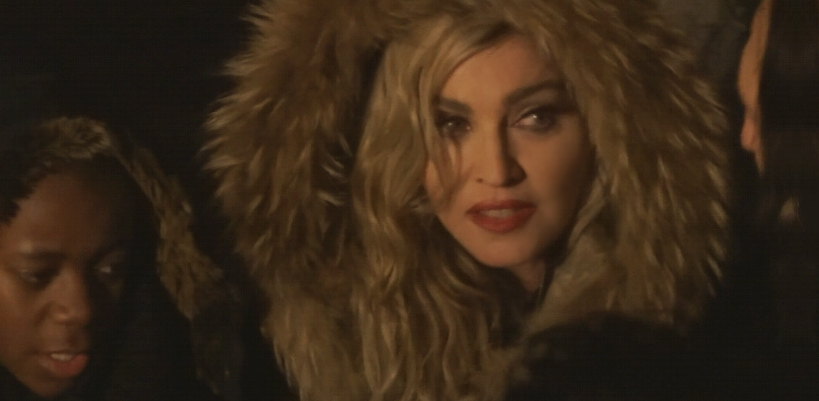 Madonna chante 3 titres live place de la Republique à Paris
