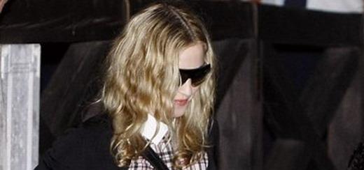 Madonna arrive à l'aéroport de Venise [31 août 2011 - 7 photos]