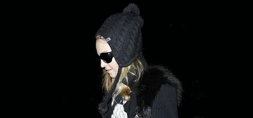 Madonna arrive à l'aéroport LAX à Los Angeles [12 janvier 2012 – Photos]