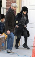20110210-pictures-madonna-leaves-apartment-new-york-01