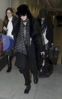 20110211-pictures-madonna-arrives-london-heathrow-airport-02