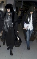20110211-pictures-madonna-arrives-london-heathrow-airport-03