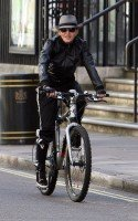 20110408-pictures-madonna-out-and-about-london-abbey-road-studios-02