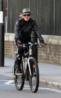 20110408-pictures-madonna-out-and-about-london-abbey-road-studios-03