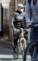 20110408-pictures-madonna-out-and-about-london-abbey-road-studios-04
