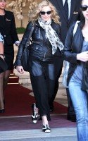 20110626-pictures-madonna-leaves-ritz-paris-01
