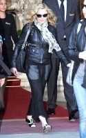 20110626-pictures-madonna-leaves-ritz-paris-02