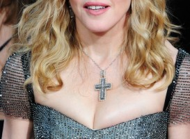 20120116-media-madonna-golden-globes-red-carpet-02