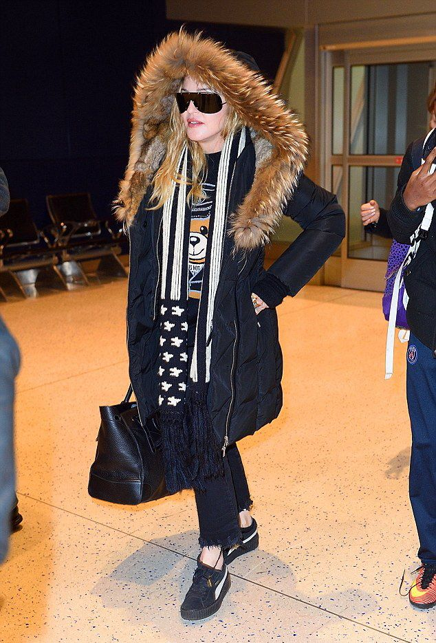 Madonna arrives at JFK Airport, New York - 20 December 2016 - Pictures (1)