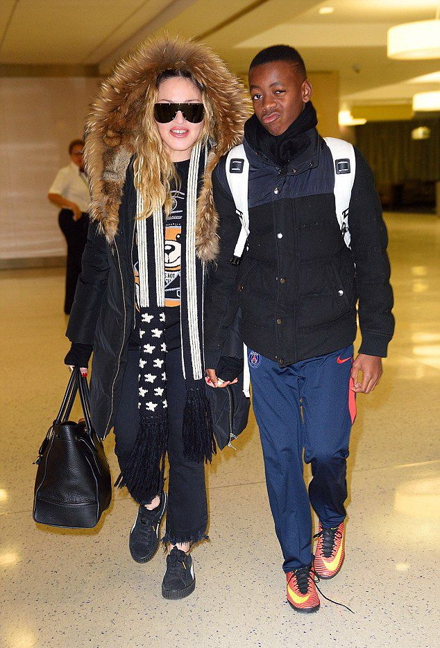 Madonna arrives at JFK Airport, New York - 20 December 2016 - Pictures (3)