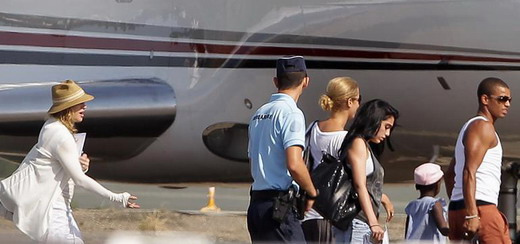 Madonna hopping on a plane in Biarritz [21 August 2011 – 5 pictures]
